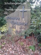 Hier das Grab meiner Mutter, Resi Giesen, Refrath! Die ist tot! Und wenn ihr nicht auch dort landen wollt, verpisst ihr euch! Sofort! Die eine Frau, in Köln…, soll eine geistig behinderte…, sein, die Anfang der 70er, ihr Kind verloren hatte! Die Burgstraße wurde magisch, vollkommen ausgelöscht! Ihr seid magisch tot! Dort sind Satanisten…, Druden…, und angeblich Druiden…, ansässig! Erzdruide und Großmeister Thomas Michael Giesen – AZ-AAZ-BZ-AZ-BZ-Spielzerstörer zum Schutz – weißmagisch geschützt – AZ-BZ-CZ-DZ-AAZ-ZZ-LZ-SZ-TZ-VZ-OZ-AAZ-HDZ-TZ-AZ-©